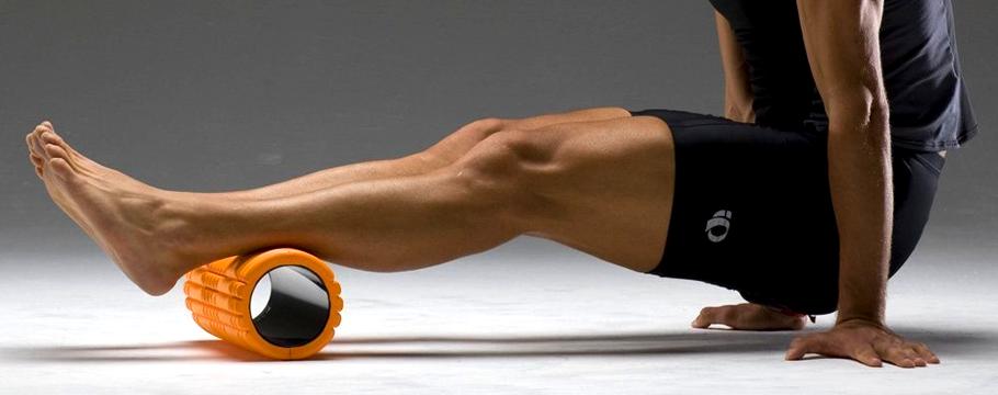 Homme se massant les jambes avec un rouleau de massage